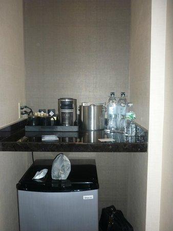 Revere Hotel Boston Common: Zona frigo/macchina caffè