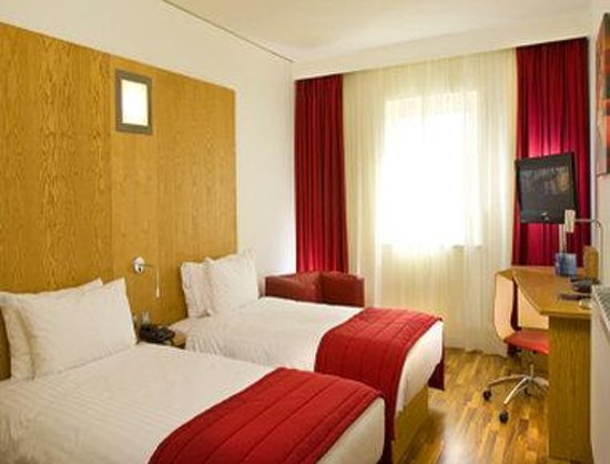 Ramada Encore Belfast: Guest Room W/ Two Beds