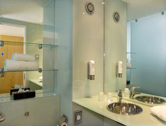 Ramada Encore Belfast City Centre: Bathroom