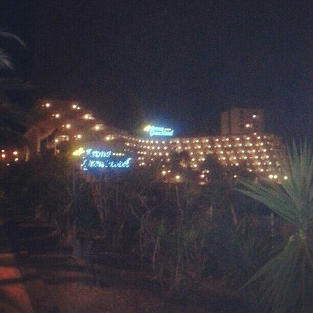 Spring Arona Gran Hotel : Walking back to the hotel in the night. By far the most beautiful hotel in Los Cristianos