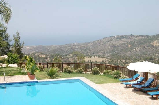 Paradisos Hills: the pool with a view