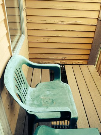 Nordic Village Resort: Chairs on deck with peeling exterior paint