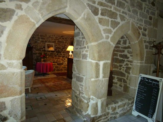 Manoir de la Salle : Interior stone arches