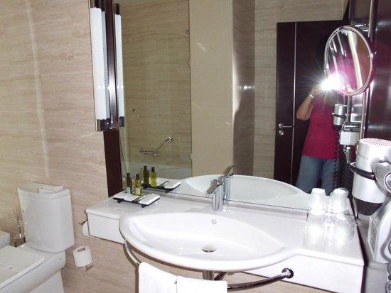 BessaHotel Boavista: baño muy espacioso, con luz natural