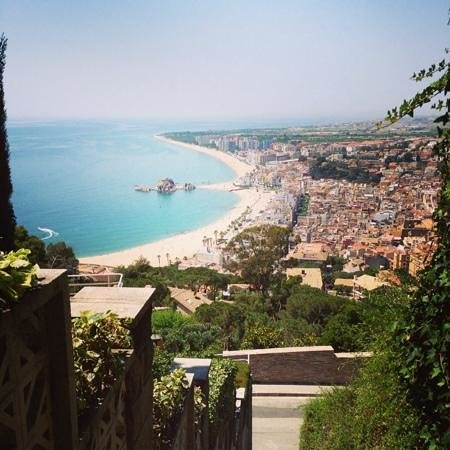 Blanes, Spagna: вид на бланес по дороге наверх