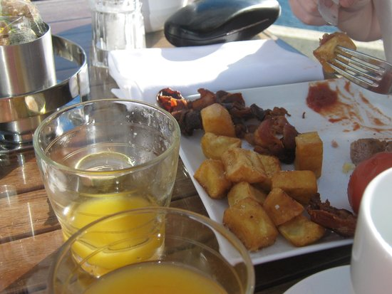Fairmont Monte Carlo : my son having  breakfast