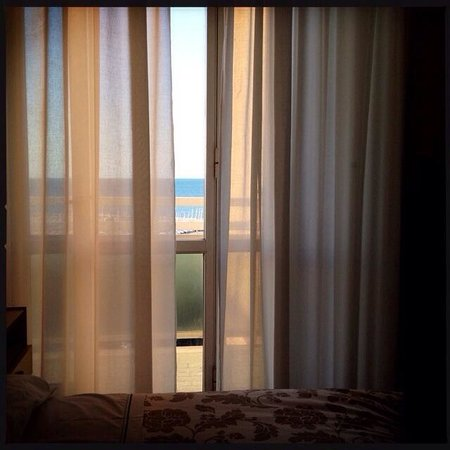 Hotel Carlton Beach: Camera con scorcio di vista