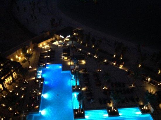 Doubletree by Hilton Ras Al Khaimah : basen nocą