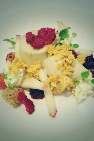 The Black Rat : Mugwort panna cotta, peach, blow torched raspberries and honey combed