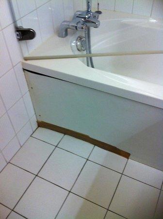 Auberge des Pins: notre baignoire.