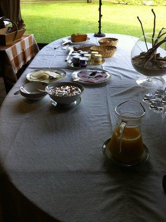 Auberge des Pins: le buffet du petit-déjeûner.