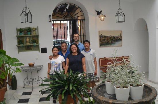 Apartamentos Turisticos Alberca: Family pic with Manuel