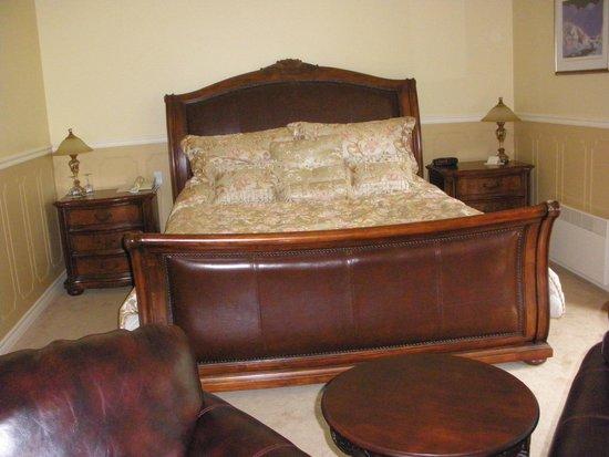 Auberge La Montagne Coupee: Un très grand lit king