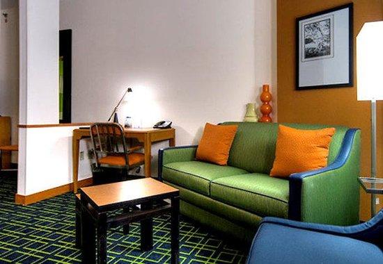Fairfield Inn & Suites Naples : Suite Living Area