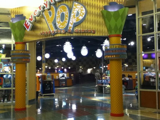 Disney's Pop Century Resort: Entrance to Food Court / Shop