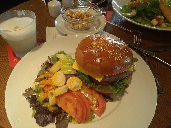 Restaurante Hawa: Duck Burger w/ Salad (from the bar)