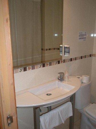 Hotel Mayna: Bathroom