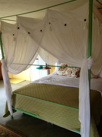 Bellaugello : Giardino bedroom, bed with swags and tails
