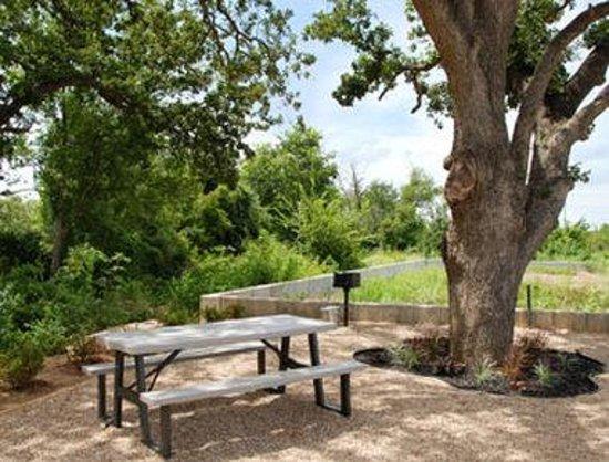 Days Inn Rockdale Texas: Picnic Area