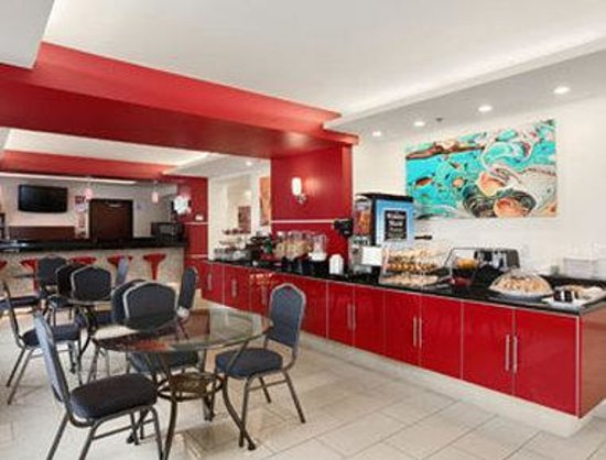 Days Inn & Suites Milwaukee: Breakfast Area
