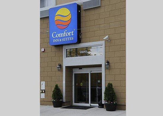 Comfort Inn & Suites Ozone Park: Front
