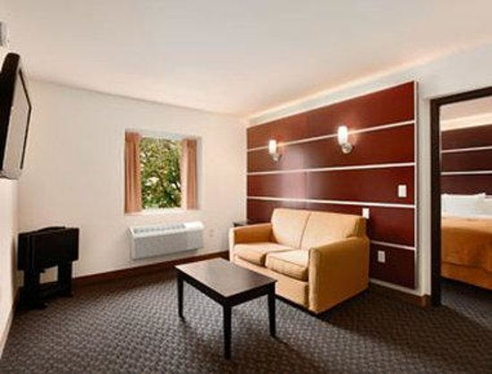 Days Inn & Suites Milwaukee: Suite