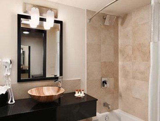 Days Inn & Suites Milwaukee: Bathroom