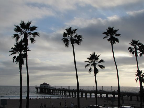 Manhattan Beach Pier: The pier in the evening