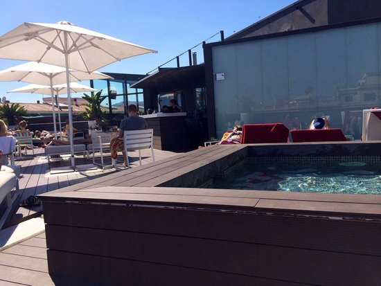 H10 Casanova: The rooftop pool and bar area