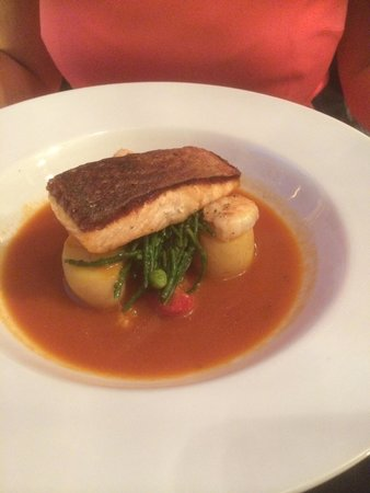 Porto Restaurant: The Salmon was Beautifully presented and was delicious
