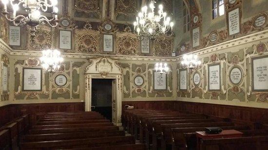 Sinagoga: Le eleganti iscrizioni in lingua ebraica, contengono salmi e preghiere, e alcuni momenti salient