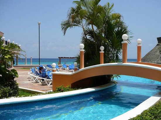 El Cozumeleño Beach Resort: Bridge over the pool
