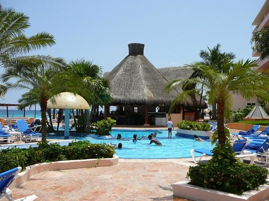 El Cozumeleño Beach Resort: Pool area, looking toward bar/buffet