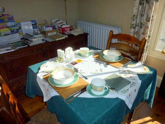 Oaklands Guesthouse: Sunny breakfast room