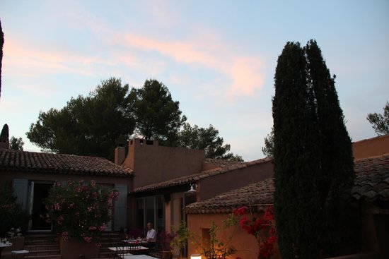 Hôtel la Clé des Champs : La terrasse le soir