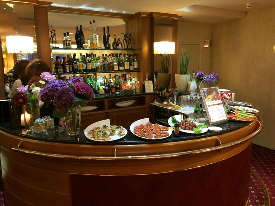 Lugano Dante Center Swiss Quality Hotel: Happy Hour buffet in the bar