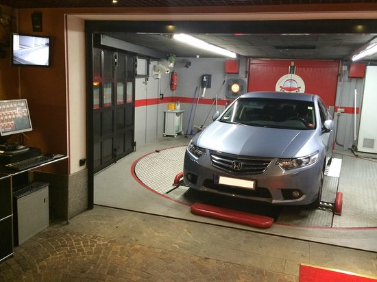 Lugano Dante Center Swiss Quality Hotel: Automated garage