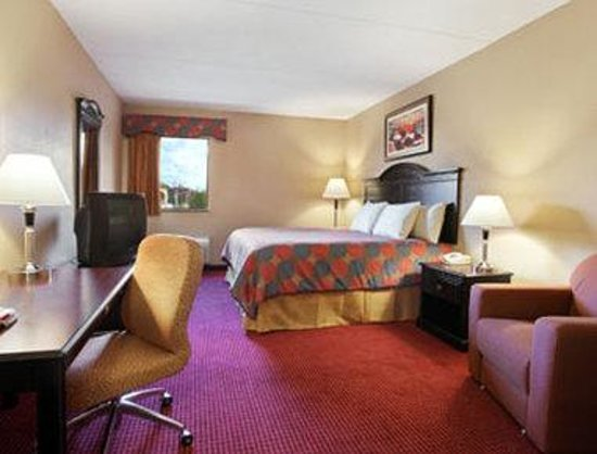 Days Inn And Suites Jeffersonville: Standard King Bedroom