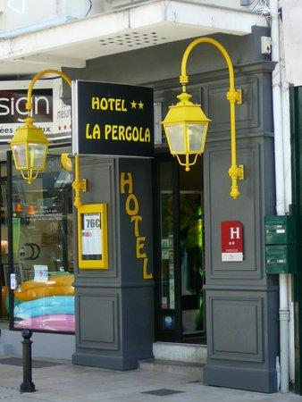 Hotel La Pergola: Entrée de l'hôtel dans rue commerçante semi piétonne