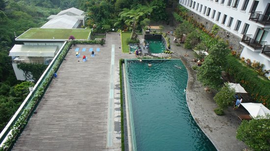 Padma Hotel Bandung: the warm pool