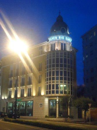 Silken Rio Hotel: Fachada del Hotel de Noche