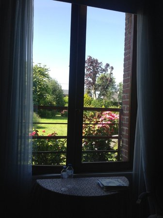 Manoir de Neuville : garden view from Nuptiale room