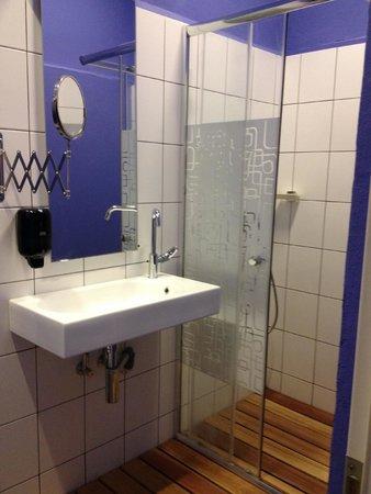 Zeppelin Hostel: bagno privato