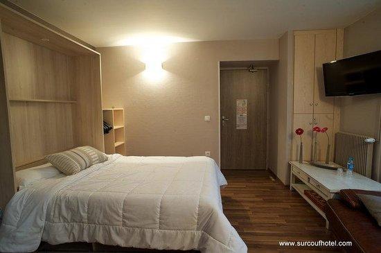 Brit Hotel Le Surcouf : Chambre Hotel PMR - Disabled access