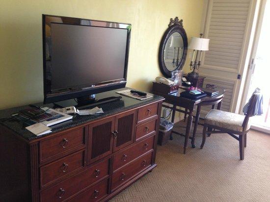 Grand Wailea - A Waldorf Astoria Resort: Мебель в номере, тв, интернет, столик для работы.