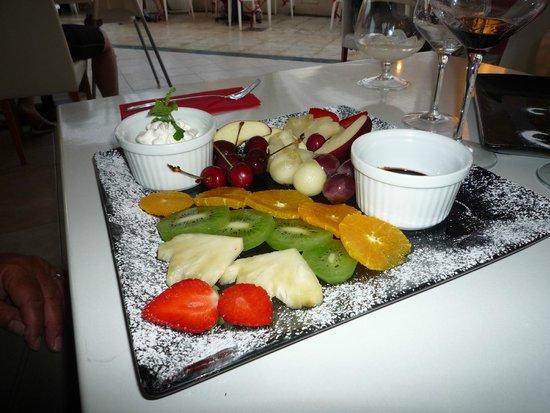 Bianco Restaurant: assiette de fruits frais avec sa fondue au chocolat