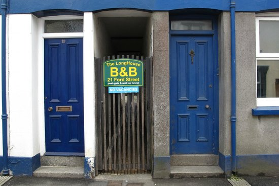 The LongHouse B&B: Via dit poortje aan de straatkant kom je in een steegje