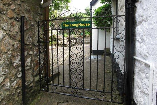 The LongHouse B&B: Het poortje aan het einde van het steegje geeft toegang tot de tuin en het huis