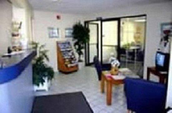 Budget Host Inn: Lobby