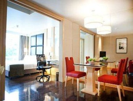 Sukhumvit 12 Bangkok Hotel & Suites : Dining in Business Suite